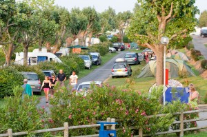 Les allées des emplacements de camping à Hendaye